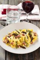 italiensk mat. pasta carbonara. foto