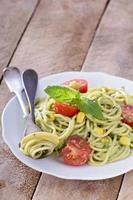vegansk pasta med avokadosås foto