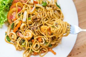 spaghetti kryddig skaldjur på plattan foto