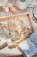 hemlagad pappardelle gjord av färska ingredienser foto