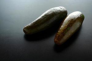avokado på ett träbord foto