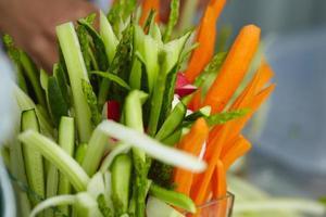 förrätt av grönsaker, skärning, sparris, morötter, rädisor, foto