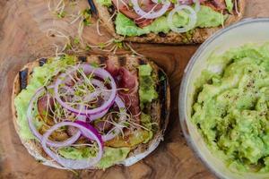 smörgås med färsk sallad och avokado foto