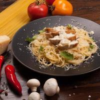 spaghetti med vit sås foto