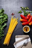 spaghettipasta. ingredienser för matlagning foto