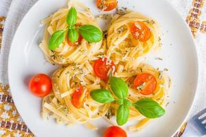 spaghetti med blåmögelost, tomater och basilika foto