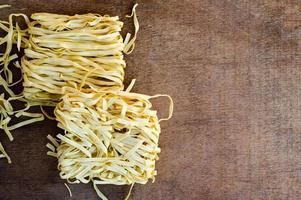 färsk pasta bo på träbord foto