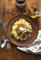hemlagad färsk italiensk pasta med en sås med gröna ärtor foto