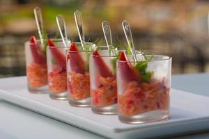 färsk sallad med räkor, lax, avokado och jordgubbar foto
