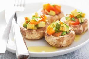 bakade fyllda champignon med grönsaker foto