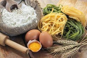 tagliatelle och ingredienser med bakgrund foto
