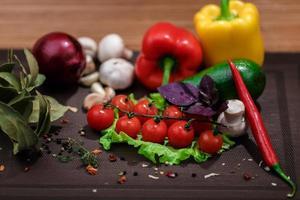 färska grönsaker och kryddor foto