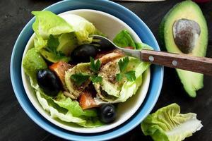 avokadosallad med frön och grönsaker