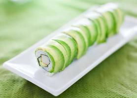 sushi - dragon roll med avokado och krabba kött foto