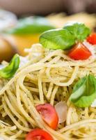 färskt spagetti (med pesto) foto