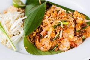 pad thai, thailändsk stilnudel med räkor foto