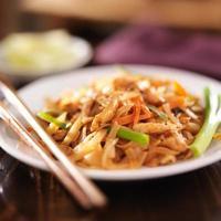 pad thai med kycklingfat foto