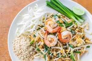 thailändsk matkudde thai, stir fry nudlar med räkor foto