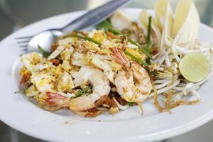 thailändsk maträtt för skaldjurskött med thailändska stekt risnudlar foto