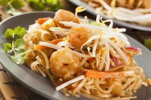 hemlagad asiatisk pad thai foto