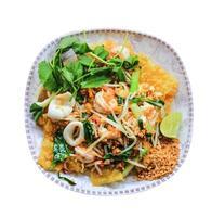 krispig skaldjur padthai berömd thailändsk mat foto