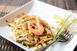 thailändsk mat padthai stekt nudel med räkor