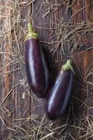 aubergine på trä foto