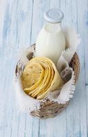 tortilla i rottingkorg foto