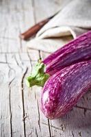 två färska aubergine foto