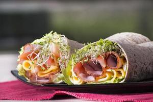 inslagna tortilla smörgåsrullar foto