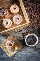 färska munkar med kaffe foto