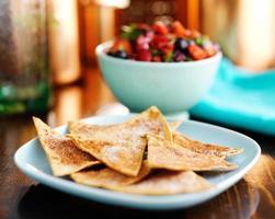 kanel söta tortillachips med bärsalsa foto