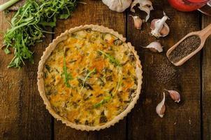 ostquiche med kyckling, ruccola och svamp foto