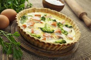 quiche med broccoli och fisk foto