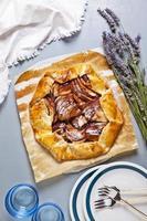 hälsosam öppen äppelpaj med lavendel. franska köket på grått foto