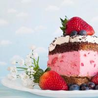 tårta med jordgubbar foto