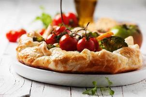 vegetarisk tårta med broccoli, tomat, paprica och ost foto