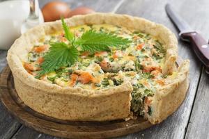 quiche paj med fisk och nässlor foto