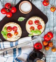 quiche med getost, körsbärstomater och basilika foto