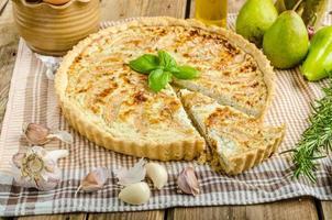fransk quiche fylld ost och päron foto