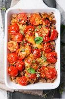 bantning av sund quiche med tomat och färsk basilika foto