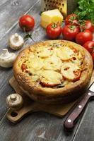 paj med svamp och tomater foto