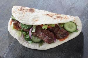 kycklinglamm kofte shish kofta kebab naan smörgås foto
