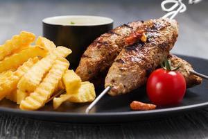 grillad kofta - kebeb med pommes frites och grönsaker foto