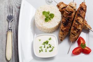 grillad kofta - kebeb med ris och grönsaker foto