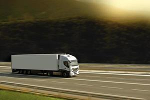 semi truck med solljus foto