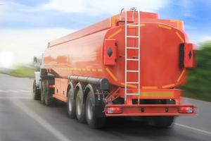 gas-tankbil går på motorvägen foto