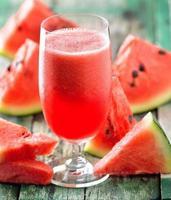 vattenmelon drink i glas med skivor vattenmelon foto