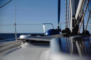 segelbåt till sjöss