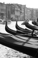 gondoler vid Grand Canal i Venedig, Italien. foto